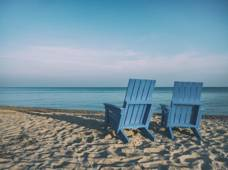 deux-chaises-plage-aaron-burden-cEukkv42O40-unsplash