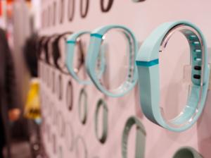 Fitbit, spécialiste des gadgets de suivi d'activités, lance le bracelet Fitbit Flex, qu'on peut porter même sous la douche!