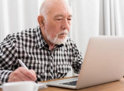vieil-homme-note-ordinateur-PV