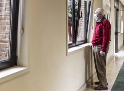 vieil-homme-avec-canne-devant-fenetre-2048x1528