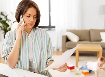 femme-enfant-telephone-maison-PV