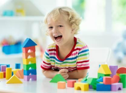enfant-souriant-jouets-blocs-PV