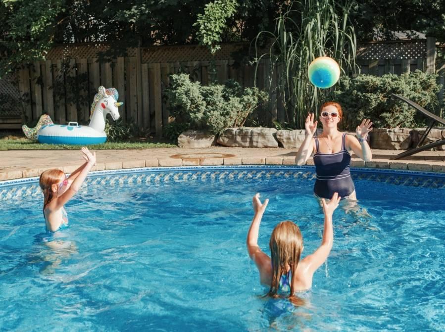 famille-jouant-dans-la-piscine-2048x1528-PV
