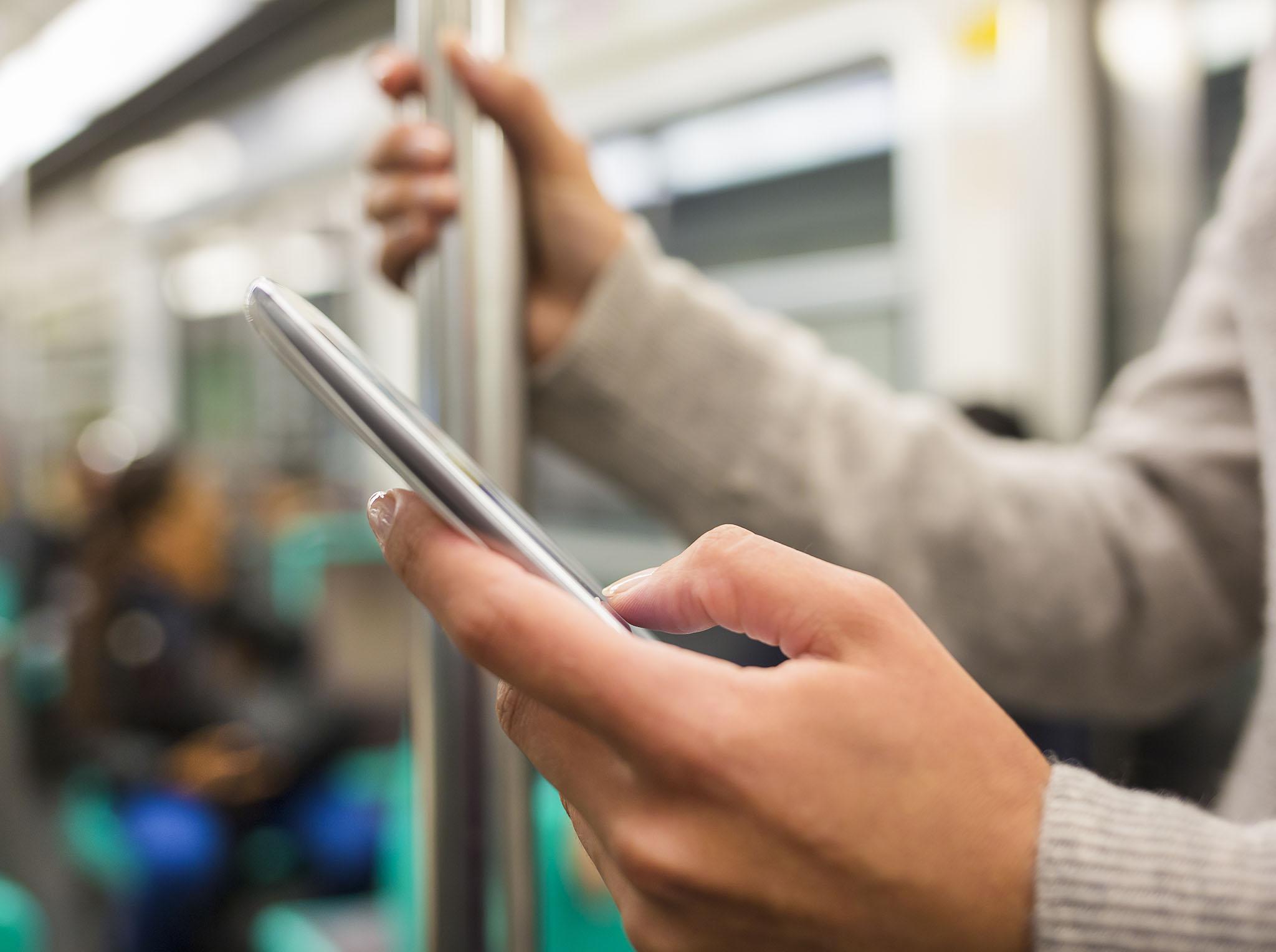 Comment utiliser son téléphone en voyage sans se ruiner   Protégez-Vous.ca 38f31370ad25