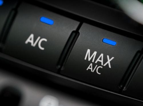 Conduire l'été: air climatisé ou vitres baissées?